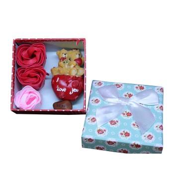 Подаръчна кутия с магическо бобче, фигурка и рози